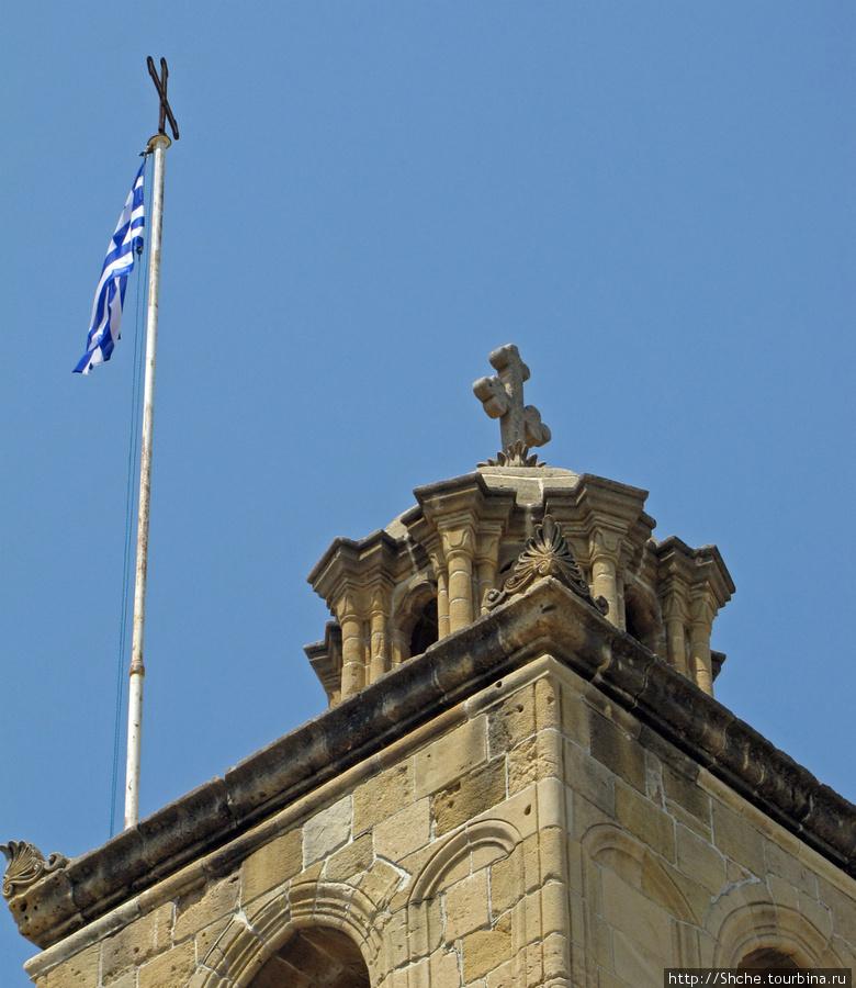 А греческий флаг здесь встречается чаче, чем свой, кипрский