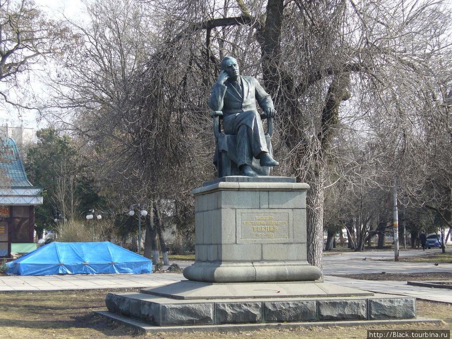 Парк имени К.А. Тренева. Памятник писателю К.А. Треневу