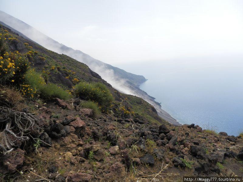 И по ней со страшным грохотом катятся вниз вулканические бомбы