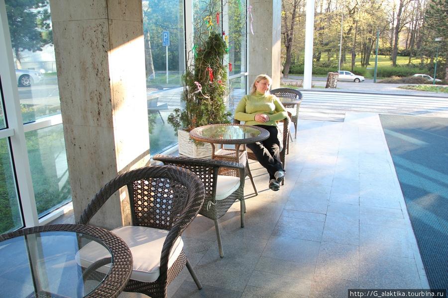 Летняя терраса для отдыха перед главных входом