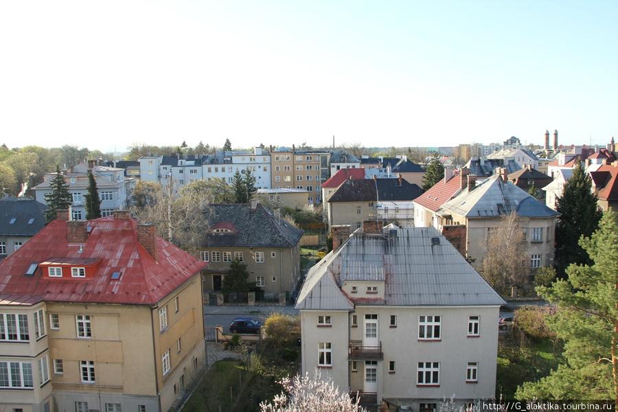Вид из окна на обычные чешские домики