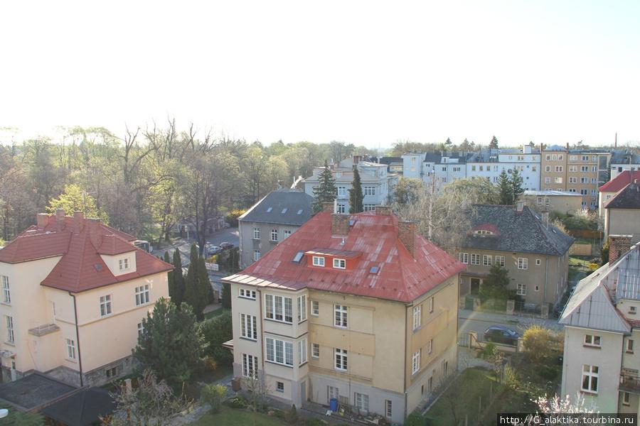Вид из окна на обычные чешские домики, с левой стороны видна парковая зона