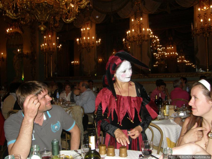 Артистка предлагает гостям принять участие в спектакле.