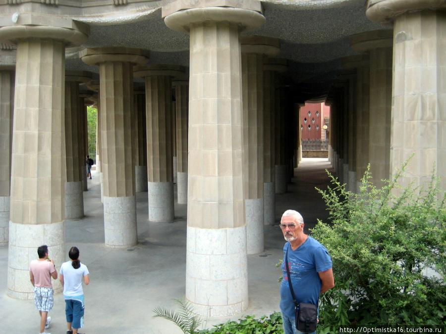 Колоннада, поддерживающая площадь со скамейкой. Колонны с разным наклоном.