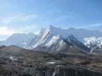 Вид с подъема на Чукхунг-Ри. Впереди — моренный вал ледника, сползающего с Лхоцзе, в середине видно лениковое озеро. Вдалеке — путь к Амбулапча-Ла — перевал высотой 5800 метров