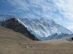 Справа — восьмитысячник Лхоцзе, по центру — гребень Нупцзе (почти восьмитысячник)