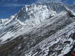 Впереди — Нупцзе. Справа — каменистая вершина Чукхунг-Ри. Затем спуск на следующий перевал и подъем на вершину Чукхунг-Мэйн (5835). Когда Чукхунг Мэйн закрыта снегом, пройти туда без снаряжения трудно и опасно