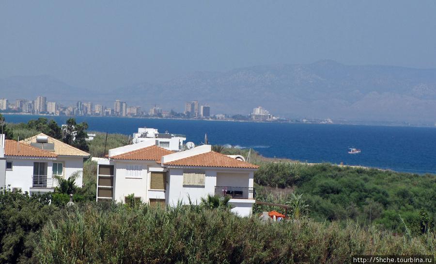 слева видно Фамагусту, город Северной части Кипра