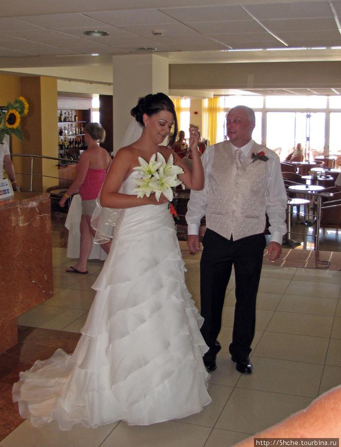 А еще здесь бывают свадьбы... Я надеюсь, мужик — отец невесты...