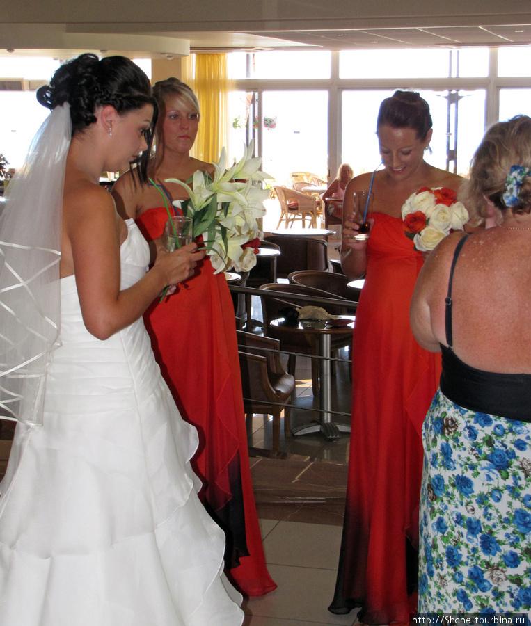невеста с подружками в томном ожидании жениха разминаются коктейлем