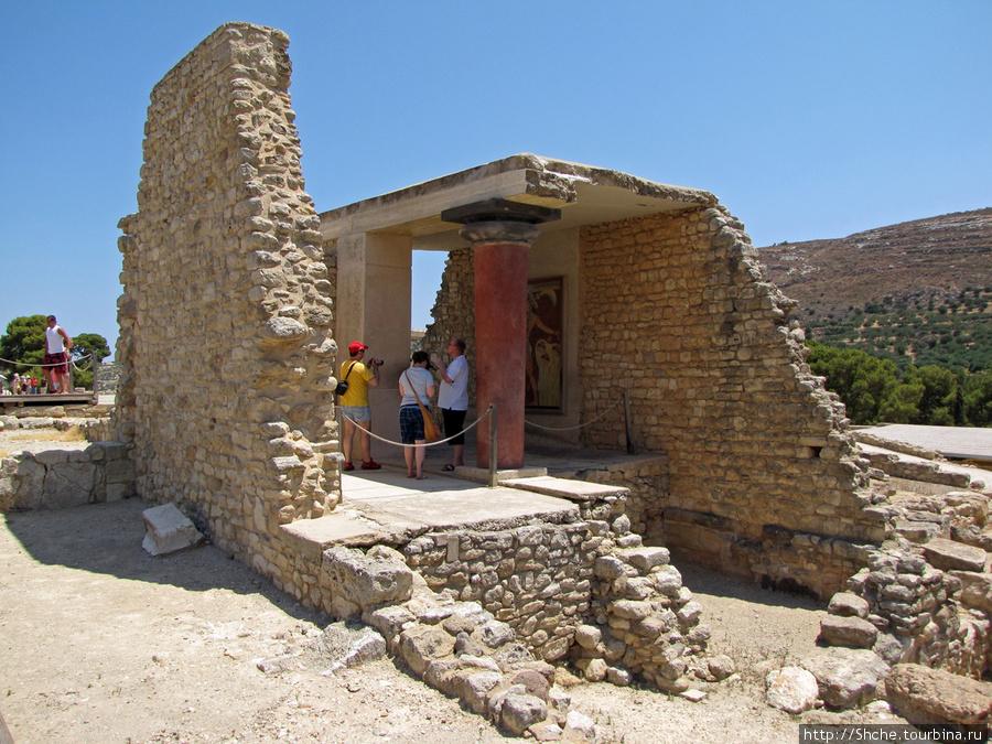 Появились фрагменты зданий, восстановленные фрески