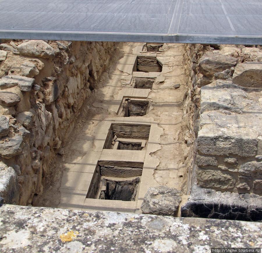 а здесь под навесом продолжаются вялотекущие раскопки