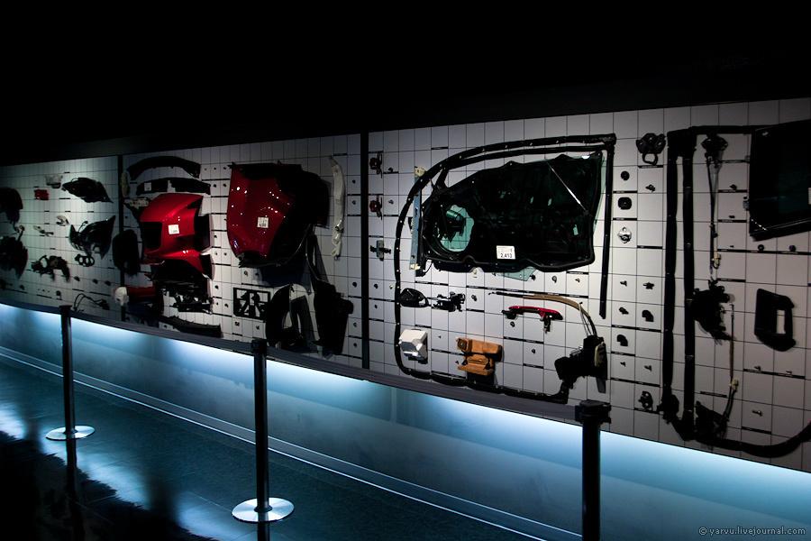 По стенам развешана Mazda RX-7, разобранная буквально до винтика — тысячи деталей.