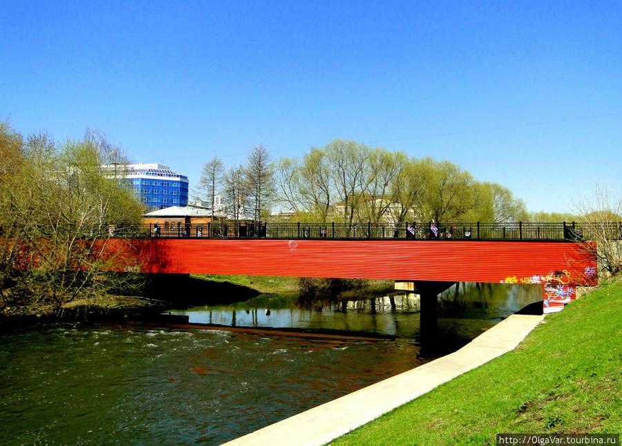 По этому мосту можно перейти на другую сторону и попасть в Дендрарий