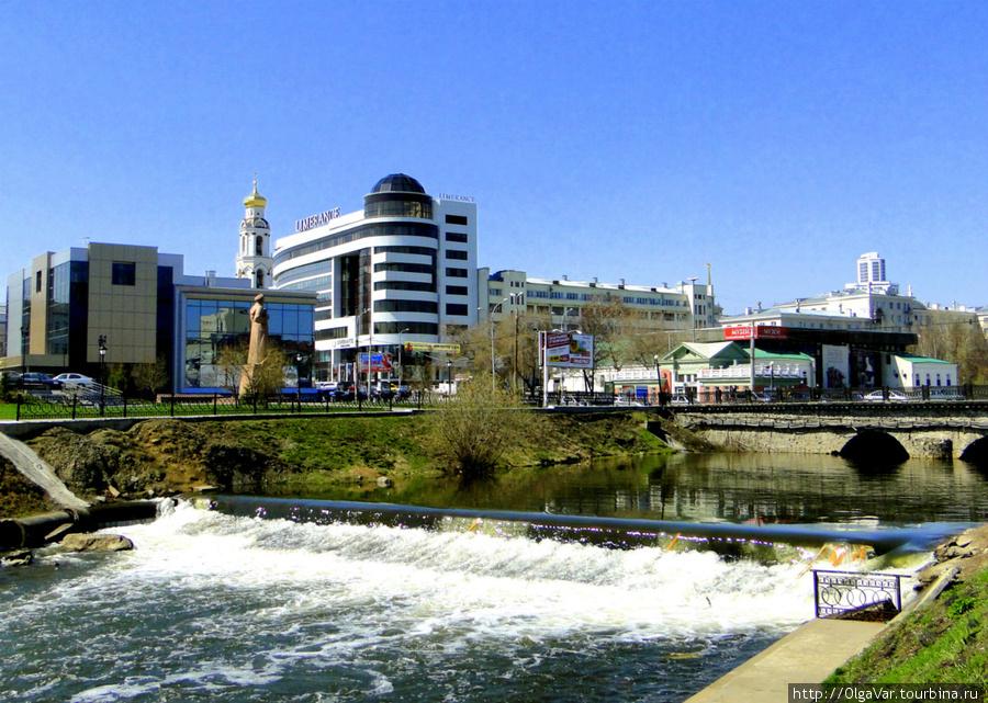 Аллея культуры — небольшой отрезок между улицами Куйбышева и Малышева, памятник которому стоит на другой стороне