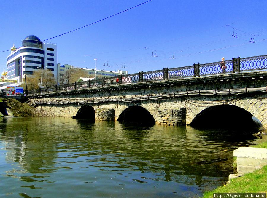 Мост по улице Малышева через канал реки Исеть