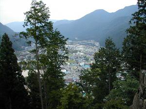 С неё открывается вид на городок Гудзё, котрый расположился меж гор