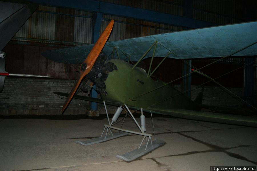 Знаменитый ночной бомбардировщик У-2. Состоял на вооружении 35 лет. После смерти конструктора Поликарпова переименован в ПО-2.