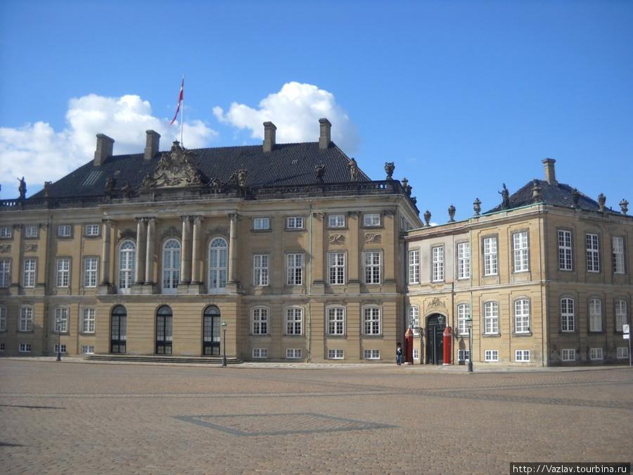 Фрагмент дворцового ансамбля; в правой части кадра видны будки караульных гвардейцев