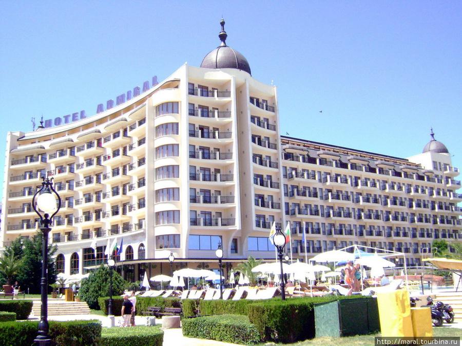 В самом отеле и вокруг него бурлит курортная жизнь со всевозможными развлечениями