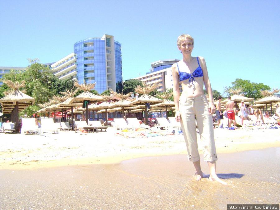 Две Марины: моя супруга на фоне отеля