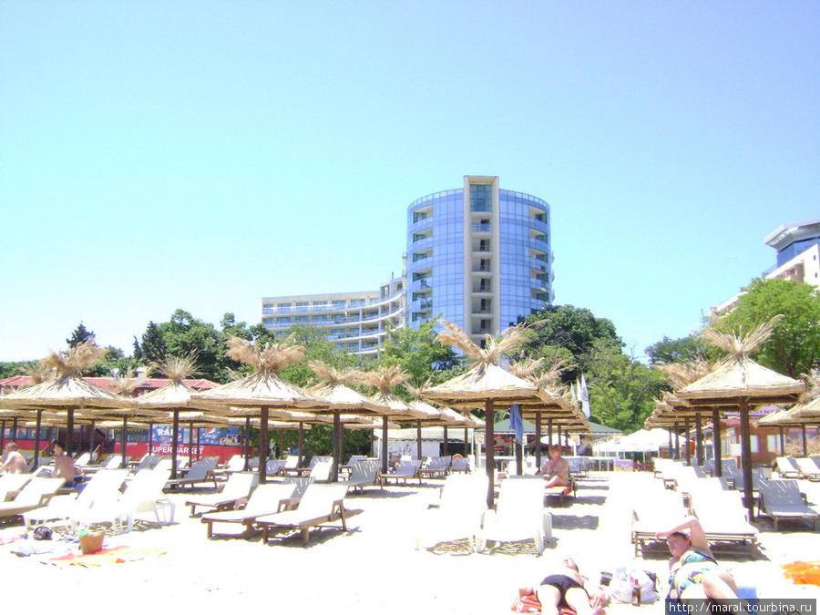 Экономные туристы лежат на золотом песке у кромки воды в бесплатной зоне