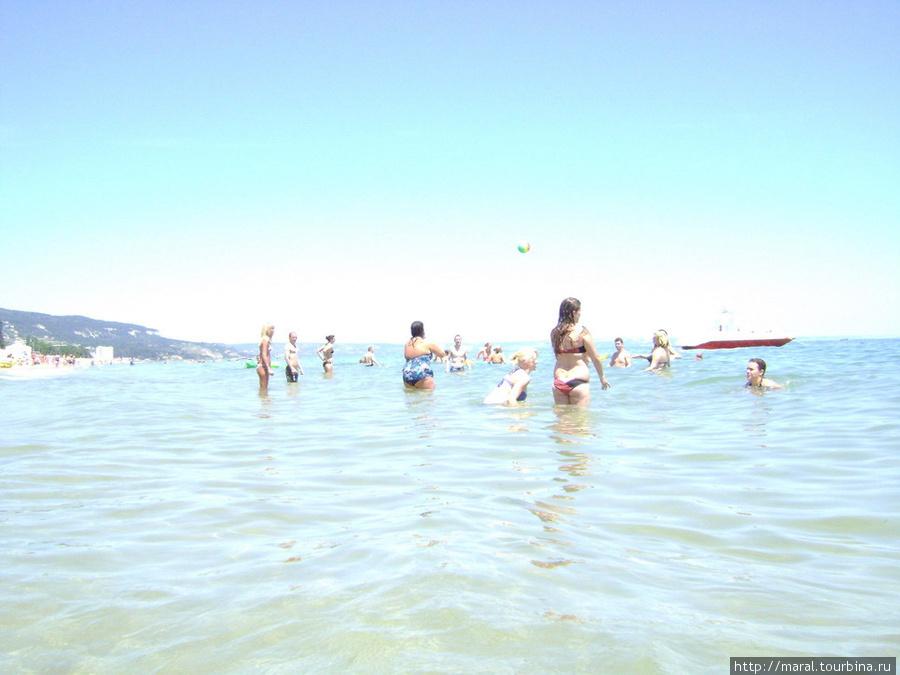 Зато в море все могут купаться и играть бесплатно