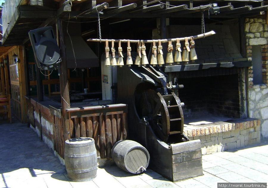 Старая мельница крутится — вертится