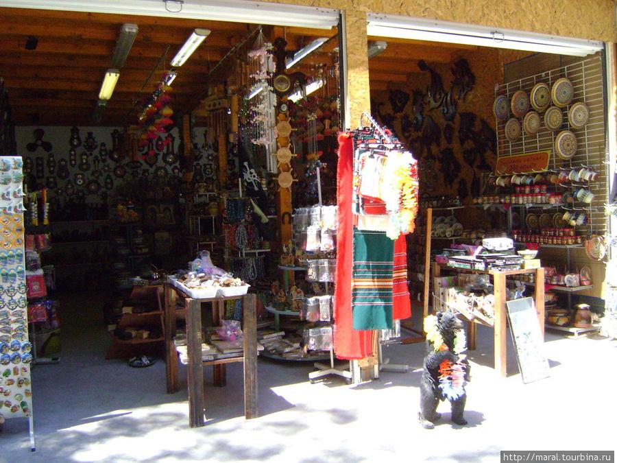 В магазинчиках можно купить всё, что душе угодно -здесь болгарское, народное
