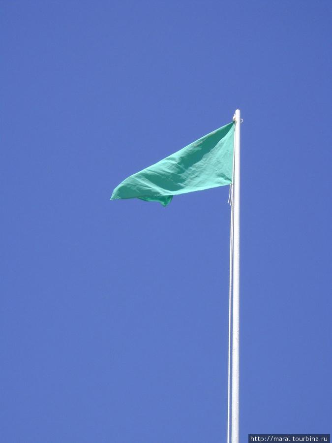 Над пляжем зелёный флаг — айда все купаться в Чёрном море, которое на самом деле синее