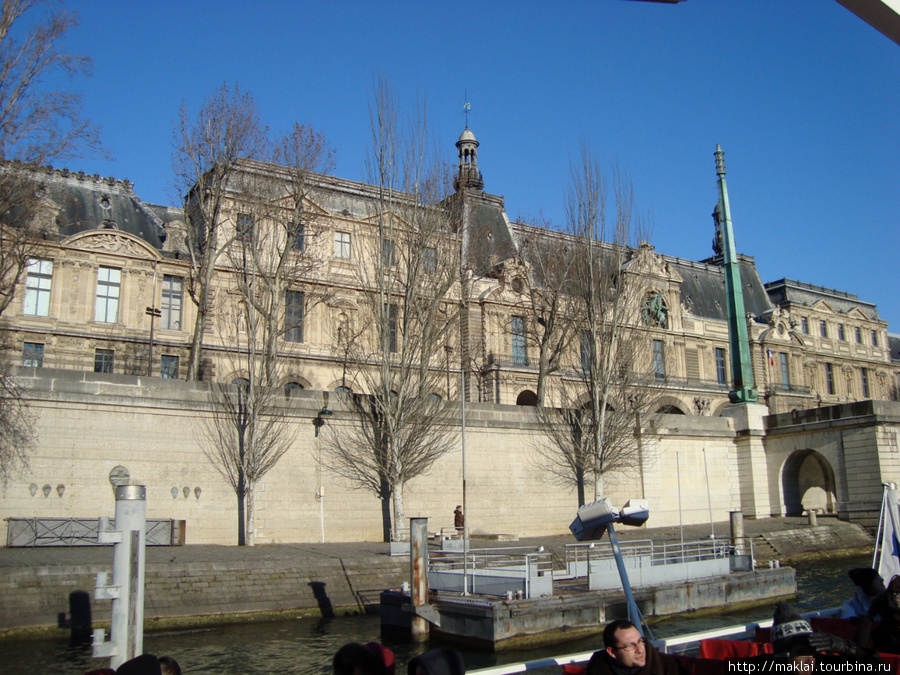 Париж. Вид Лувра с корабля.