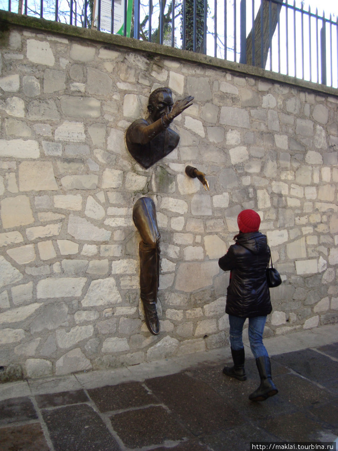 Париж. Монмартр. Человек, выходящий из стены.