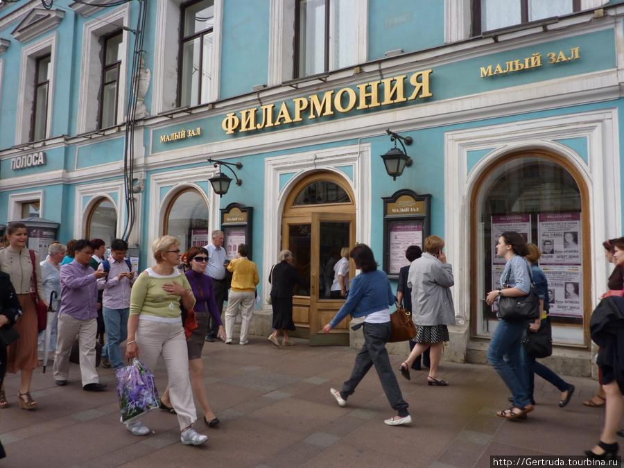 Вход в Малый зал Филармонии на Невском проспекте.