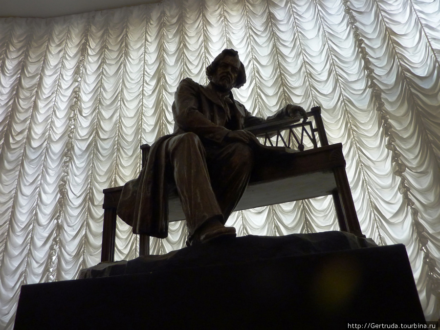 Скульптура М.И. Глинки на лестнице ведущей в зал.