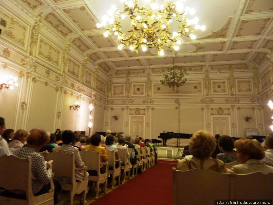 Перед началом концерта — мест свободных не было!