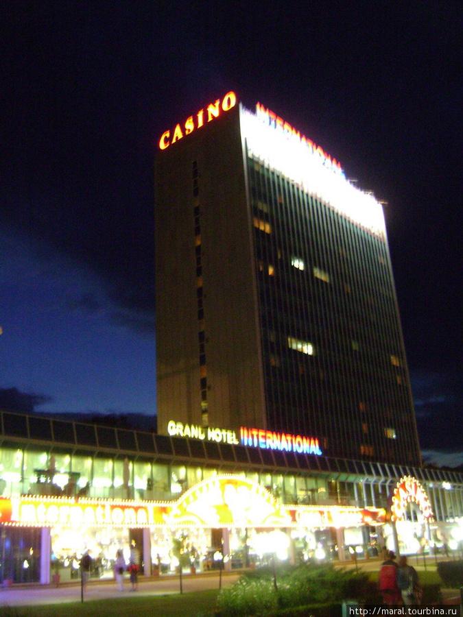 Путь в мир призрачного счастья укажут призывно горящие буквы на отеле