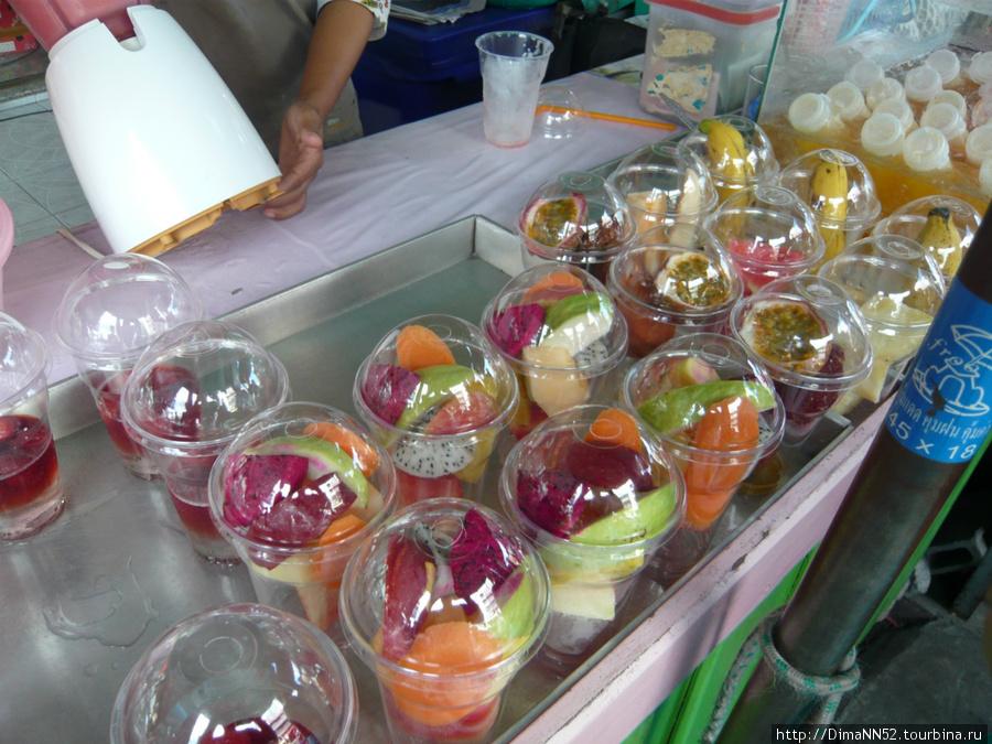 Полуфабрикаты для приготовления фруктового коктейля со льдом.
