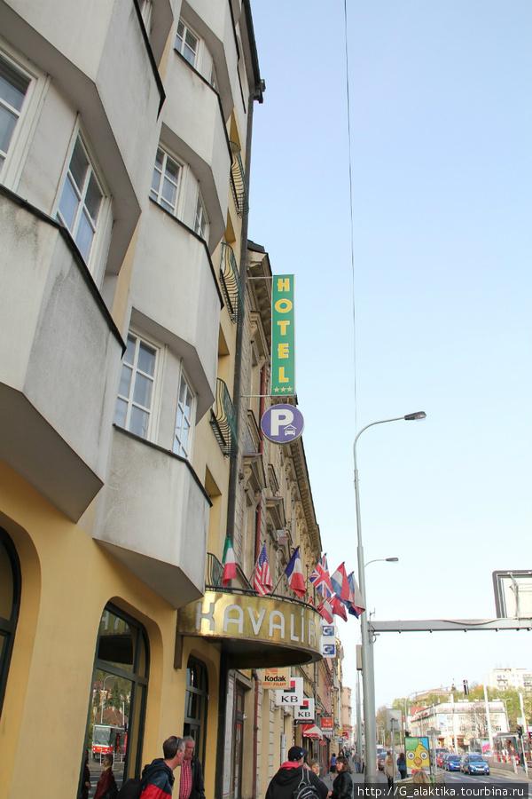 Вид отеля с наружи, вход украшен флажками