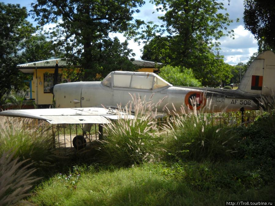 Самолет у входа