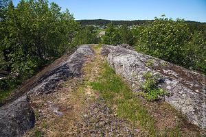 Со скалы открываются живописные виды на Хийтолу...