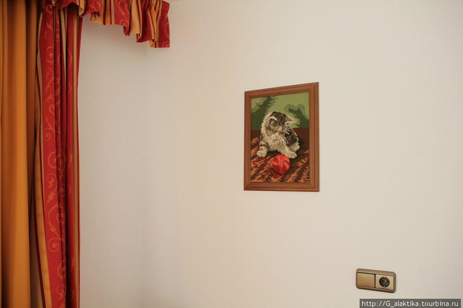 Милая деталь — картина вышита крестиком. Нам очень понравился этот котенок.