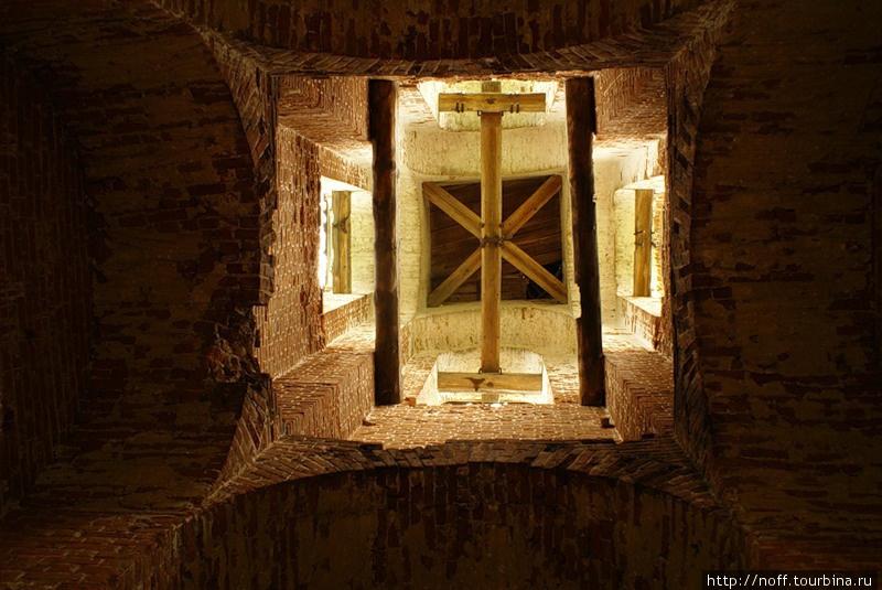 По языческой легенде в том месте, где стоит колокольня, была заживо похоронена украденная в степях калмычка. Это как раз вид с земли на крепление колокола.
