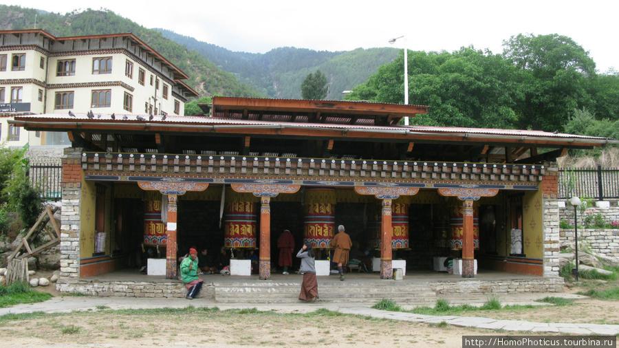 Молитвенные барабаны возле чортена  Джигме Дорджи Вангчука