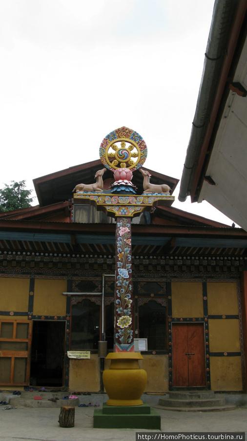 Тхимпху, женский монастырь Зуликха, колесо Дхармы