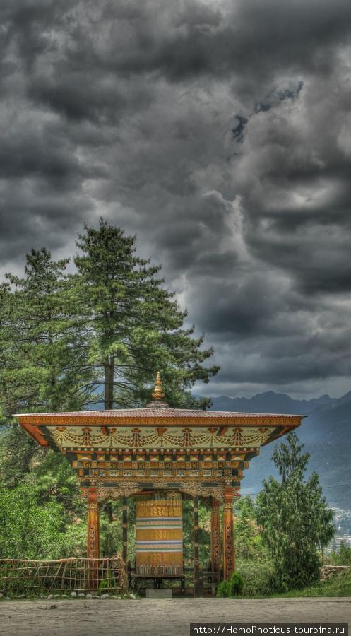 Тхимпху, беседка с молитвенным барабаном возле Симтокха дзонга