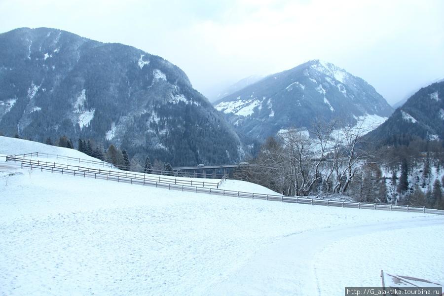 Вид из окна, когда видишь Альпы на высоте 1400 м. дух захватывает. Да уж,  после Альп могут быть только Альпы.