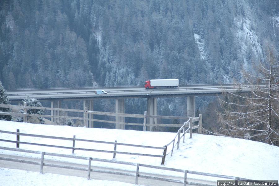 Вид из окна, увеличенный подвесной мостик из предыдущего фото.
