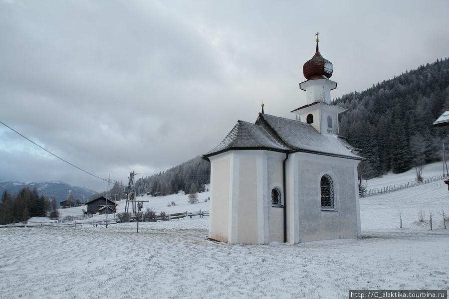 Вид из окна, небольшая церквушка