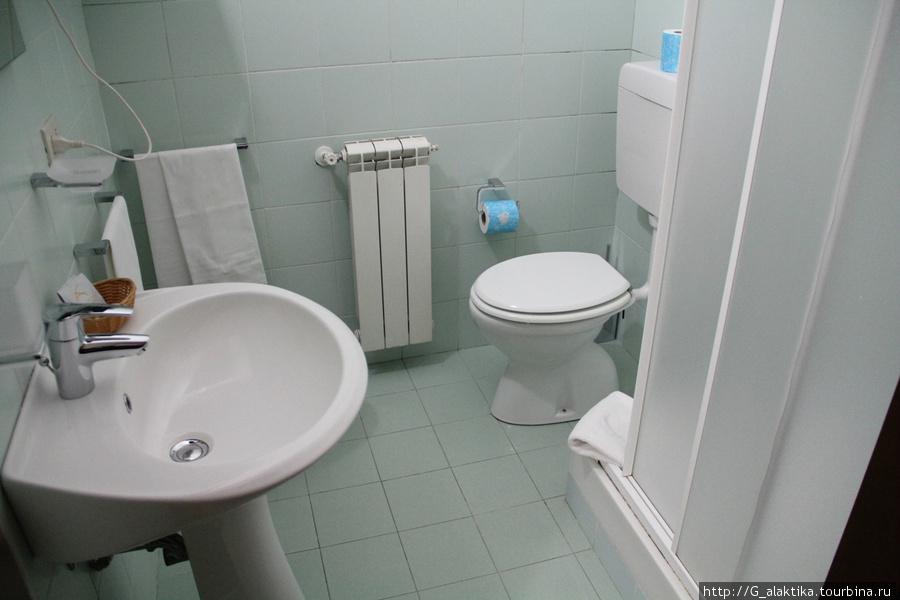 Двухместный номер, санузел без полочек для туалетных принадлежностей, жуткий минимализм.