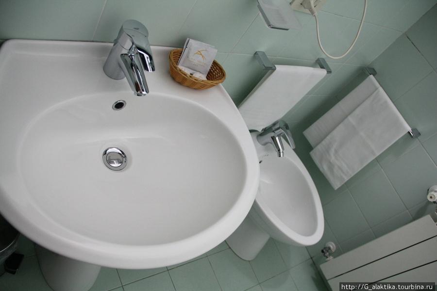 Двухместный номер, санузел без полочек для туалетных принадлежностей